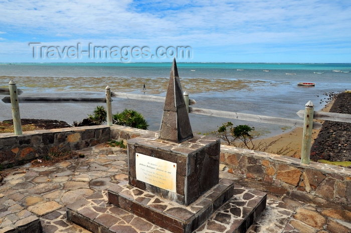 rodrigues21: Port Sud Est, Rodrigues island, Mauritius: obelisk in memory of the fishermen lost at sea - Indian Ocean in the background - photo by M.Torres - (c) Travel-Images.com - Stock Photography agency - Image Bank