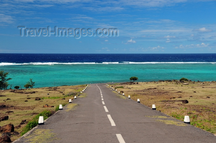 rodrigues39: Roche Bon Dieu, Rodrigues island, Mauritius: road to Anse Ally and Pointe Coton - reef and ocean in the horizon - photo by M.Torres - (c) Travel-Images.com - Stock Photography agency - Image Bank