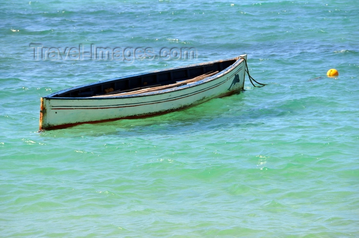 rodrigues44: Baie de l'Est, Saint François Beach, Rodrigues island, Mauritius: small boat - photo by M.Torres - (c) Travel-Images.com - Stock Photography agency - Image Bank