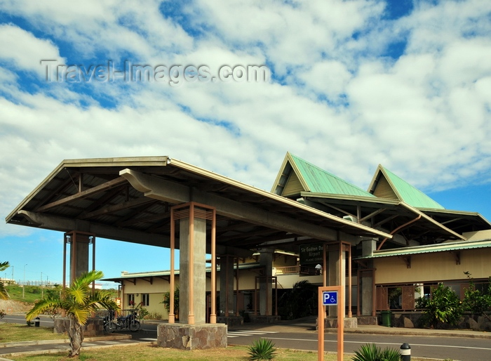 rodrigues74: Plaine Corail, Rodrigues island, Mauritius: Rodrigues airport (Sir Gaëtan Duval Airport) terminal entrance porch - photo by M.Torres - (c) Travel-Images.com - Stock Photography agency - Image Bank