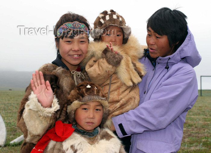 russia421: Russia - Yanrakynnot (Chukotka AOk): Chukchi Inuit family - Russian eskimos - Siberia, Chukotskiy Peninsula (photo by R.Eime) - (c) Travel-Images.com - Stock Photography agency - Image Bank