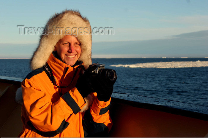 russia428: Russia - Bering Strait (Chukotka Autonomous Okrug): cruise passenger enjoys Arctic sun - camera (photo by R.Eime) - (c) Travel-Images.com - Stock Photography agency - Image Bank