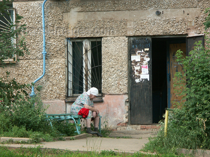 russia452: Russia / Russia / Rusia - Udmurtia - Izhevsk: a pensioner's life - outside an apartment building - photo by P.Artus - (c) Travel-Images.com - Stock Photography agency - Image Bank