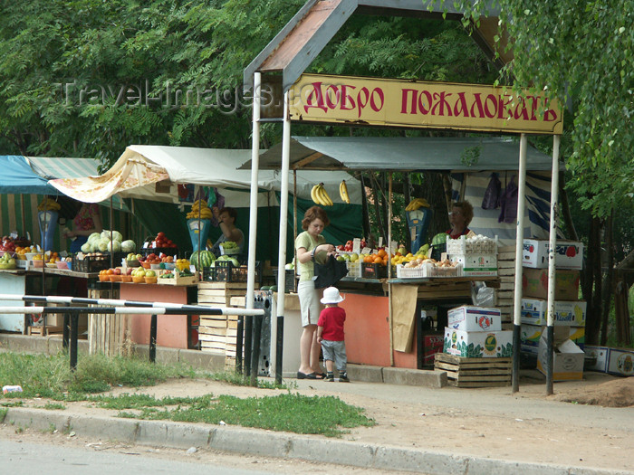 russia457: Russia - Udmurtia - Izhevsk: market - fruit stalls and welcome sign - photo by P.Artus - (c) Travel-Images.com - Stock Photography agency - Image Bank
