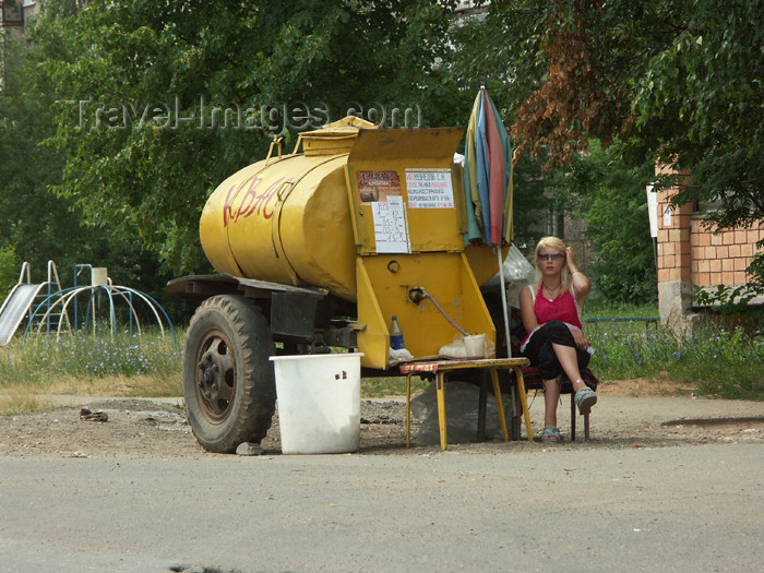 russia458: Russia - Udmurtia - Izhevsk: kvas tank - woman selling kvas - for sale by the cupfull or bottle - photo by P.Artus - (c) Travel-Images.com - Stock Photography agency - Image Bank