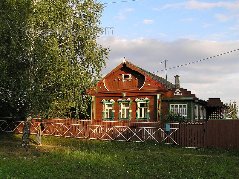 russia494: Russia - Vladimir oblast: village architecture - red house and picket fence - photo by J.Kaman - (c) Travel-Images.com - Stock Photography agency - Image Bank