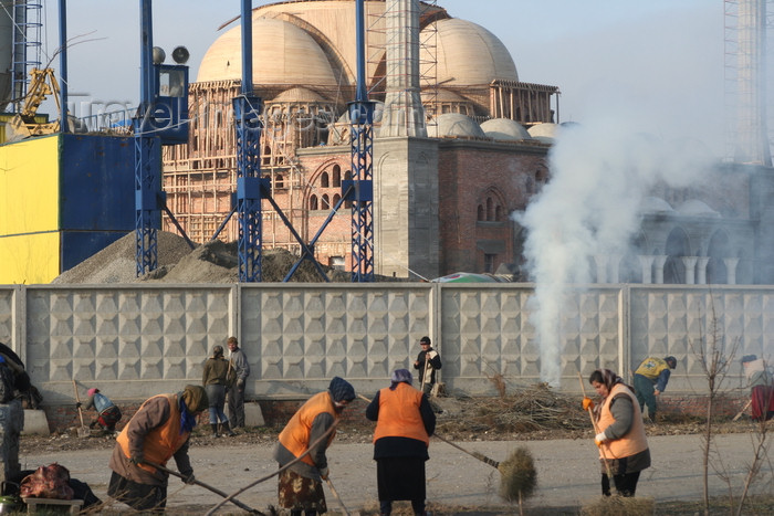russia789: Chechnya, Russia - Grozny - Chechens sweep the street in front of mosque construction site - photo by A.Bley - (c) Travel-Images.com - Stock Photography agency - Image Bank