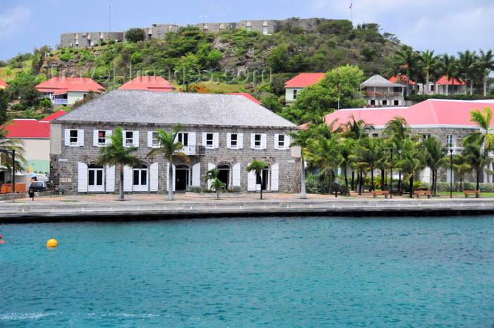 saint-barthelemy31: Gustavia, St. Barts / Saint-Barthélemy: the Wall House - library and historical museum of St Barthélemy - Fort Oscar and Place Vanadis - seen from the harbour - photo by M.Torres - (c) Travel-Images.com - Stock Photography agency - Image Bank