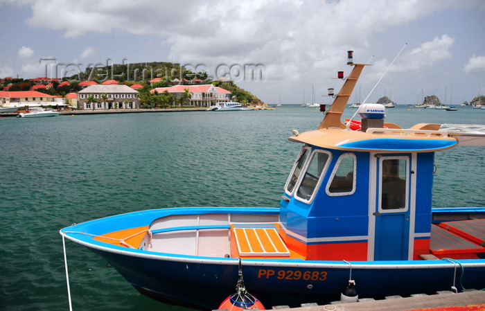 saint-barthelemy40: Gustavia, St. Barts / Saint-Barthélemy: blue boat in the harbour - Fort Oscar, museum and Hôtel de la Collectivité  in the background - photo by M.Torres - (c) Travel-Images.com - Stock Photography agency - Image Bank