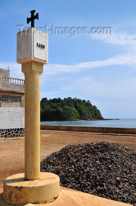 sao-tome102: Santana, Cantagalo district, São Tomé and Prícipe / STP: replica of a Portuguese padrão - 1460 / réplica de um padrão dos descobrimentos - photo by M.Torres - (c) Travel-Images.com - Stock Photography agency - Image Bank