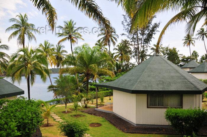 sao-tome105: Santana, Cantagalo district, São Tomé and Prícipe / STP: bungallows, coconut trees and the Ocean - Hotel Club Santana Resort / bungallows, coqueiros e o mar - photo by M.Torres - (c) Travel-Images.com - Stock Photography agency - Image Bank