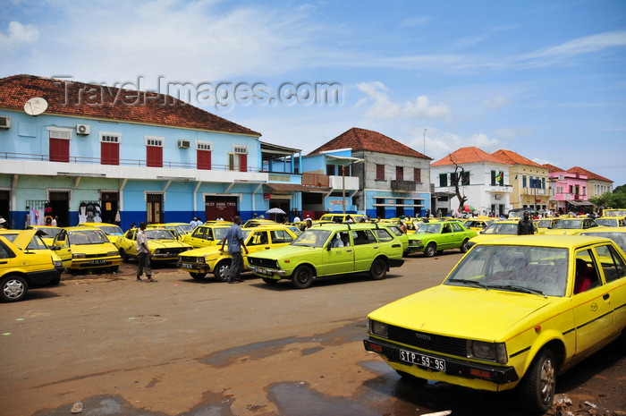 sao-tome11: São Tomé, São Tomé and Príncipe / STP: yellow taxis on Conceição avenue - old Toyotas - Portuguese houses across the market / taxis amarelos na Avenida Conceição - vivendas Portuguesas em frente ao mercado - photo by M.Torres - (c) Travel-Images.com - Stock Photography agency - Image Bank