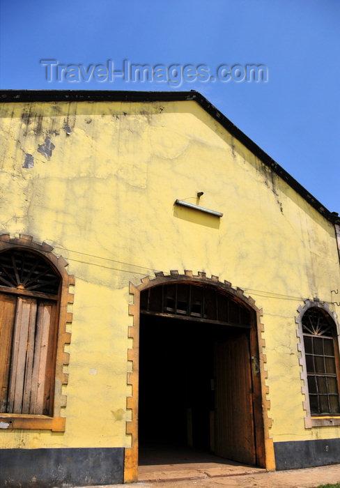sao-tome115: Água Izé plantation / roça Água Izé, Cantagalo district, São Tomé and Prícipe / STP: old warehouse / velho armazém - photo by M.Torres - (c) Travel-Images.com - Stock Photography agency - Image Bank