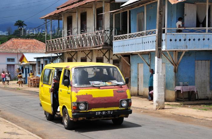sao-tome141: Guadalupe, Lobata district, São Tomé and Príncipe / STP: wooden houses and battered Toyota shared taxi / casas de madeira e velho taxi Toyota - photo by M.Torres - (c) Travel-Images.com - Stock Photography agency - Image Bank