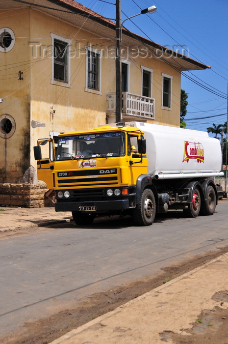 sao-tome142: Guadalupe, Lobata district, São Tomé and Príncipe / STP: oil truck and colonial building / camião cisterna - Combóleo - photo by M.Torres - (c) Travel-Images.com - Stock Photography agency - Image Bank