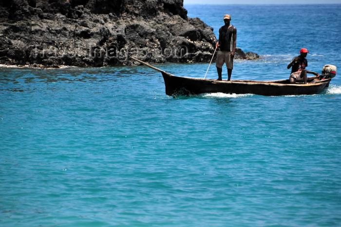 sao-tome159: Lagoa Azul, Lobata district, São Tomé and Príncipe / STP: fishermen in their motorized canoe / pescadores numa canoa com motor - dongo - photo by M.Torres - (c) Travel-Images.com - Stock Photography agency - Image Bank