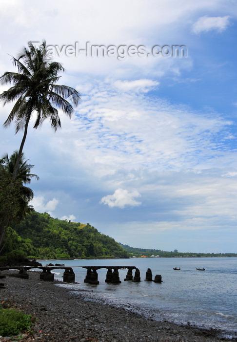 sao-tome175: Ribeira Funda, Lembá district, São Tomé and Príncipe / STP: ruined pier / velho cais em ruínas - embarcadouro - photo by M.Torres - (c) Travel-Images.com - Stock Photography agency - Image Bank