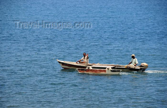 sao-tome178: Neves, Lembá district, São Tomé and Príncipe / STP: fishermen in an outrigger / pescadores num mini-catamaran - photo by M.Torres - (c) Travel-Images.com - Stock Photography agency - Image Bank