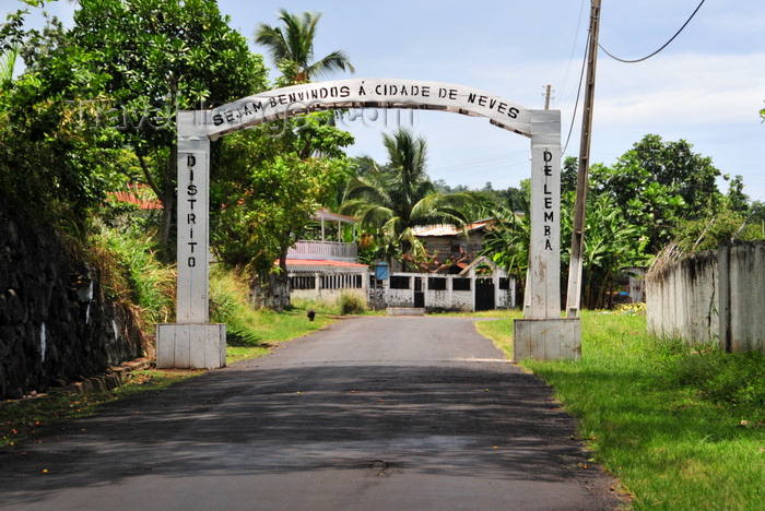 sao-tome179: Neves, Lembá district, São Tomé and Príncipe / STP: town gate / benvindas na entrada da vila - photo by M.Torres - (c) Travel-Images.com - Stock Photography agency - Image Bank