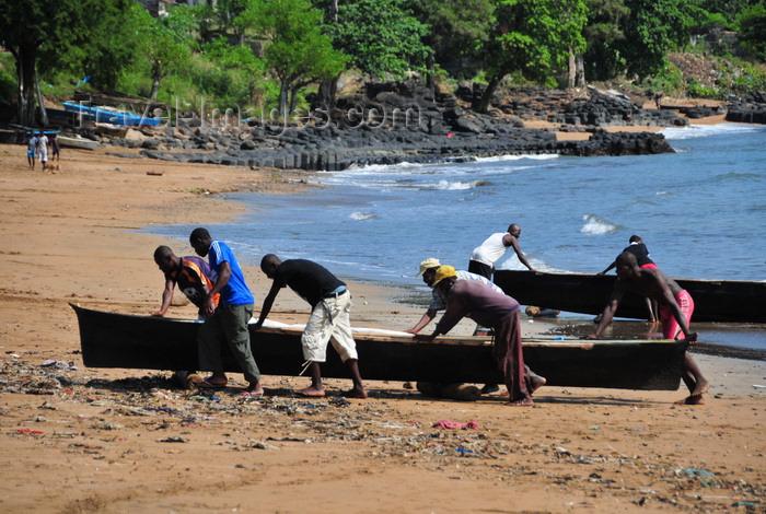 sao-tome195: Pantufo, Água Grande district, São Tomé and Príncipe / STP: fishermen land their pirogues on the beach / pescadores trazem as pirogas para terra - praia - photo by M.Torres - (c) Travel-Images.com - Stock Photography agency - Image Bank