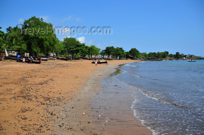 sao-tome197: Pantufo, Água Grande district, São Tomé and Príncipe / STP: beach and boats / praia e barcos - photo by M.Torres - (c) Travel-Images.com - Stock Photography agency - Image Bank