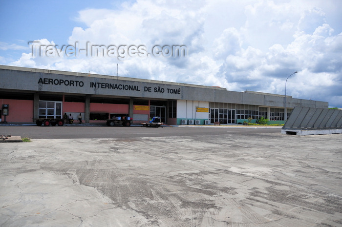 sao-tome212: São Tomé, Água Grande district, São Tomé and Príncipe / STP: São Tomé International Airport - terminal - air side - IATA TMS, ICAO FPST/ Aeroporto Internacional de São Tomé - terminal lado ar - photo by M.Torres - (c) Travel-Images.com - Stock Photography agency - Image Bank