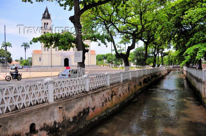 sao-tome223: São Tomé, São Tomé and Príncipe / STP: Água Grande river and the Catholic Cathedral of Our Lady of Grace / rio Água Grande e a Sé Cathedral - photo by M.Torres - (c) Travel-Images.com - Stock Photography agency - Image Bank