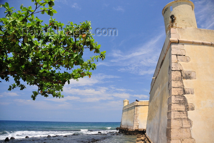 sao-tome245: São Tomé, São Tomé and Príncipe / STP: Atlantic Ocean and noth side of the Portuguese fort of Saint Sebastian / Oceano Atlântico e o lado norte do Forte de São Sebastião - photo by M.Torres - (c) Travel-Images.com - Stock Photography agency - Image Bank