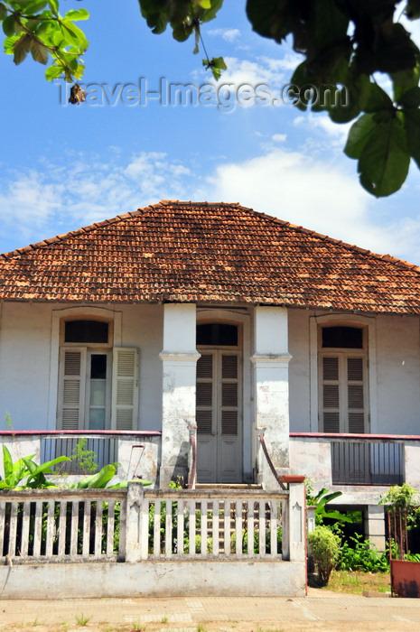 sao-tome251: São Tomé, São Tomé and Príncipe / STP: old colonial house / vivenda colonial - Avenida Marginal 12 de Julho - photo by M.Torres - (c) Travel-Images.com - Stock Photography agency - Image Bank