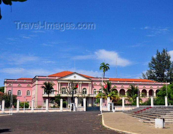 sao-tome253: São Tomé, São Tomé and Príncipe / STP: Presidential Palace, aka the People's Palace, former residence of the Portuguese Governors / Palácio Presidencial ou Palácio do Povo - Palácio do Governo da Província em São Tomé, residência dos Governadores Lusos - Palácio Côr-de-Rosa no Largo Água Grande - photo by M.Torres - (c) Travel-Images.com - Stock Photography agency - Image Bank