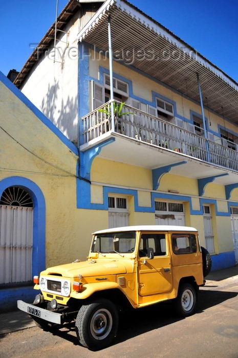sao-tome258: São Tomé, São Tomé and Príncipe / STP: Toyota Land Cruiser FJ40 at Navetur agency / jipe amarelo - Toyota Land Cruiser 40 junto à agência Navetur - Rua Viriato da Cruz - photo by M.Torres - (c) Travel-Images.com - Stock Photography agency - Image Bank