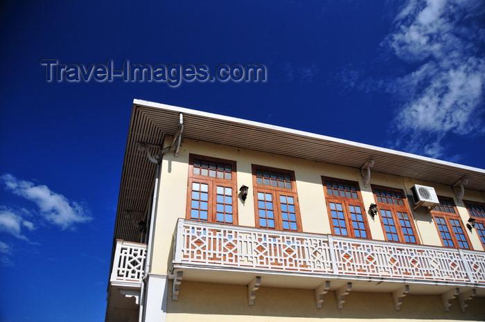 sao-tome259: São Tomé, São Tomé and Príncipe / STP: colonial balcony on Viriato da Cruz street / varanda com motivos geométricos - sacada na Rua Viriato da Cruz - photo by M.Torres - (c) Travel-Images.com - Stock Photography agency - Image Bank