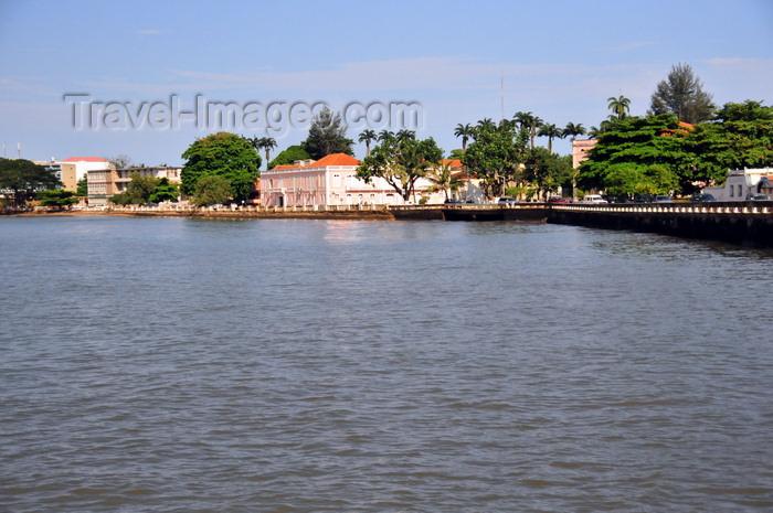 sao-tome276: São Tomé, São Tomé and Príncipe / STP: Ana Chaves bay - waterfront avenue / baía Ana Chaves - Avenida Marginal 12 de Julho, ex-avenida Barão de Água Izé - photo by M.Torres - (c) Travel-Images.com - Stock Photography agency - Image Bank