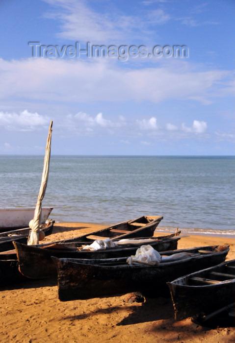 sao-tome282: São Tomé, São Tomé and Príncipe / STP: fishing canoes on the beach - Ana Chaves bay / canoas de pesca na praia - baía Ana Chaves - photo by M.Torres - (c) Travel-Images.com - Stock Photography agency - Image Bank