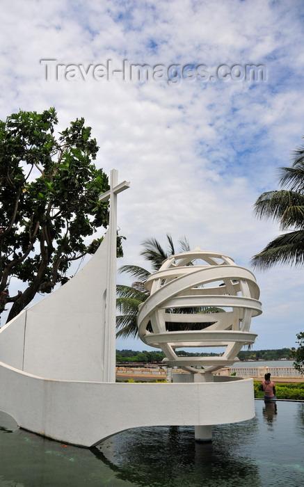 sao-tome293: São Tomé, São Tomé and Príncipe / STP: fountain with cross and armillary sphere on the waterfront / fonte com esfera armilar e cruz - Avenida Marginal - photo by M.Torres - (c) Travel-Images.com - Stock Photography agency - Image Bank