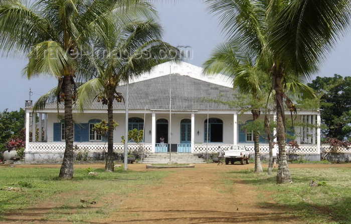sao-tome307: Sundy Plantation / Roça Sundy, Príncipe island, São Tomé and Príncipe / STP: owner's residence - the plantation was used by Arthur Eddington to prove Einstein's relativity theory by observation of light deflection during the 1919 eclipse / Casa Grande - roça escolhida em 1919 pelo cientista britânico Sir Arthur Eddington para provar, pela observação de um eclipse, a teoria da relatividade de Einstein - photo by G.Frysinger - (c) Travel-Images.com - Stock Photography agency - Image Bank