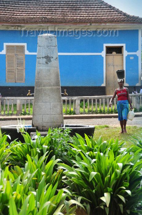sao-tome91: São João dos Angolares, Caué district, São Tomé and Prícipe / STP: woman going to a public fountain to fetch water- colonial house in the backround / mulher Angolar dirige-se ao fontanário para buscar água - photo by M.Torres - (c) Travel-Images.com - Stock Photography agency - Image Bank
