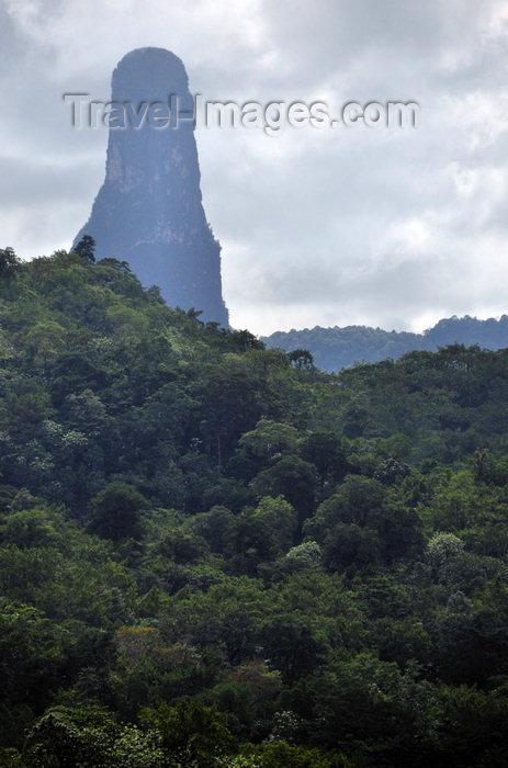 sao-tome93: Cão Grande peak / pico Cão Grande, Caué district, São Tomé and Prícipe / STP: 664m volcanic pinnacle - phonolitic rock tower / coluna vulcânica - photo by M.Torres - (c) Travel-Images.com - Stock Photography agency - Image Bank