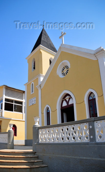 sao-tome97: Santana, Cantagalo district, São Tomé and Prícipe / STP: façade of the main church - Portuguese colonial architecture / fachada da igreja paroquial - photo by M.Torres - (c) Travel-Images.com - Stock Photography agency - Image Bank