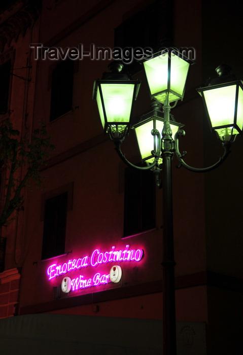 sardinia11: Olbia / Terranoa / Tarranoa, Olbia-Tempio province, Sardinia / Sardegna / Sardigna: Piazza Margherita at night - street lamp and Enoteca Cosimino, wine bar - photo by M.Torres - (c) Travel-Images.com - Stock Photography agency - Image Bank