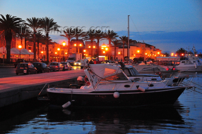 sardinia141: S. Antíoco, S. Antíoco island, Sardinia / Sardegna / Sardigna: palm trees and boats along the waterfront avenue - Lungomare C. Colombo - nocturnal - Sulcis-Iglesiente region - photo by M.Torres - (c) Travel-Images.com - Stock Photography agency - Image Bank