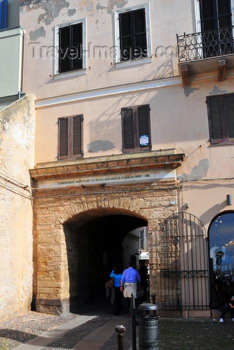 sardinia154: Alghero / L'Alguer, Sassari province, Sardinia / Sardegna / Sardigna: Porta a Mare - passage linking the harbour to Plaça de Pou Vell / Piazza Civica - photo by M.Torres - (c) Travel-Images.com - Stock Photography agency - Image Bank