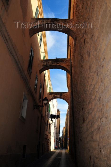 sardinia157: Alghero / L'Alguer, Sassari province, Sardinia / Sardegna / Sardigna: narrow street with arches - counter-thrust bows - photo by M.Torres - (c) Travel-Images.com - Stock Photography agency - Image Bank