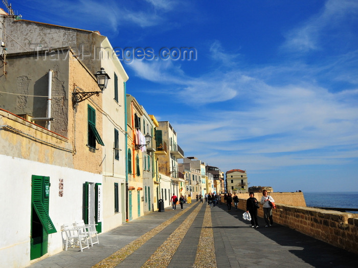 sardinia164: Alghero / L'Alguer, Sassari province, Sardinia / Sardegna / Sardigna: Bastioni Marco Polo - pedestrian area along the old Aragonese-Catalan ramparts, a favourite for lazy afternoons - photo by M.Torres - (c) Travel-Images.com - Stock Photography agency - Image Bank