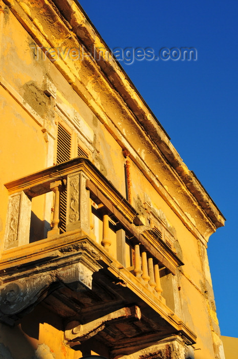 sardinia188: Porto Torres / Pòltu Tòrra, Sassari province, Sardinia / Sardegna / Sardigna: balcony with console brackets - decaying balustrade and plinths - photo by M.Torres - (c) Travel-Images.com - Stock Photography agency - Image Bank