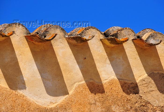 sardinia290: Villaspeciosa / Biddaspetziosa, Cagliari province, Sardinia / Sardegna / Sardigna: Chiesa di San Platano - eaves - roof edge - tiles and their shadows - photo by M.Torres - (c) Travel-Images.com - Stock Photography agency - Image Bank