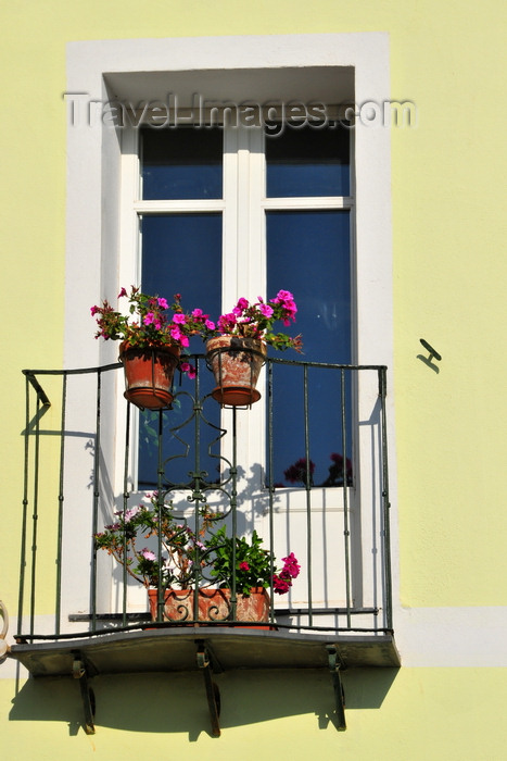 sardinia301: Cagliari, Sardinia / Sardegna / Sardigna: balcony with railing and flower vases - south end of Via Santa Croce - Terrapieno del Cardona - quartiere Castello - photo by M.Torres - (c) Travel-Images.com - Stock Photography agency - Image Bank