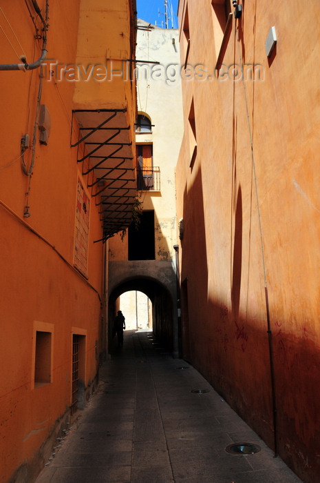 sardinia329: Cagliari, Sardinia / Sardegna / Sardigna: tunnel on via del Fossario - this street feels like an alley in an Arab medina - quartiere Castello - photo by M.Torres - (c) Travel-Images.com - Stock Photography agency - Image Bank