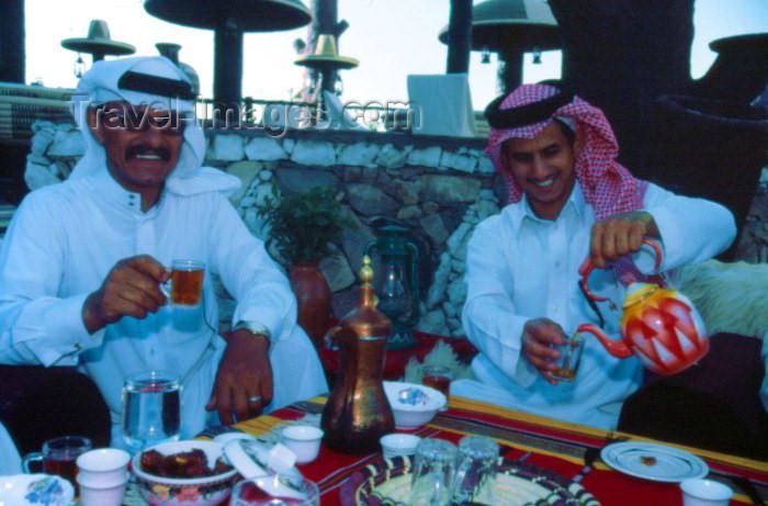 saudi-arabia23: Saudi Arabia - Asir province - Khamis Mushayt / AHB: Bin Hamsen typical village - tea time (photo by F.Rigaud) - (c) Travel-Images.com - Stock Photography agency - Image Bank