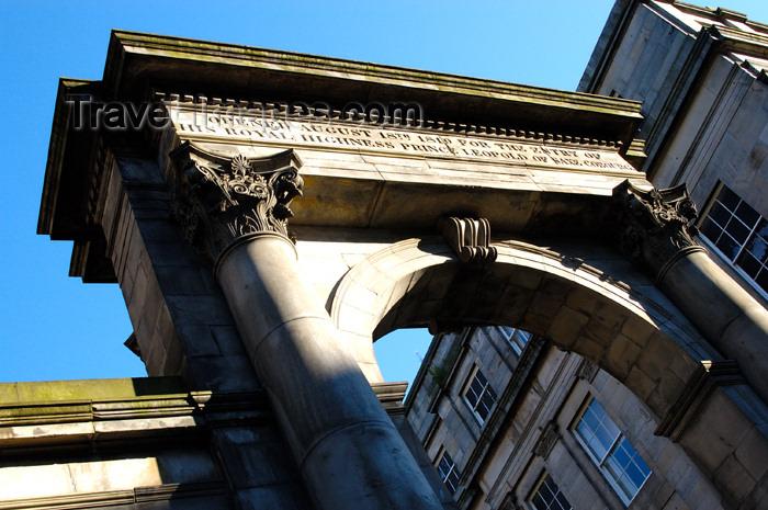 scot138: Scotland - Edinburgh: 1819 Arch to mark the entrance of Prince Leopold of Saxe Cobourg - Corinthian order columns - Regent bridge - designed by Archibald Elliot - photo by C.McEachern - (c) Travel-Images.com - Stock Photography agency - Image Bank